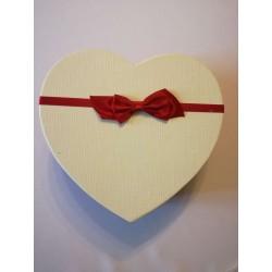 Piros-krém szív alakú doboz...