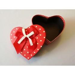 Piros szív alakú doboz közepes